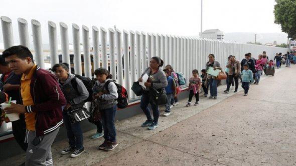 بعد أن منعهم ترامب.. أول دفعة من طالبي اللجوء تعبر الحدود المكسيكية الأمريكية في عهد بايدن