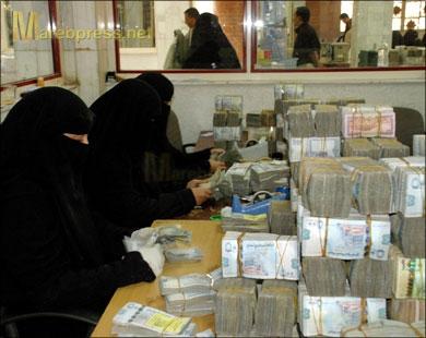 أزمة سيولة تضرب أقدم المصارف اليمنية حدد لعملائه 30 ألفًا كل نصف شهر
