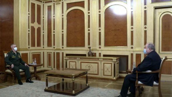 رئيس أرمينيا يبحث مع قائد قوات حفظ السلام الروسية في قره باغ عودة الأسرى الأرمن
