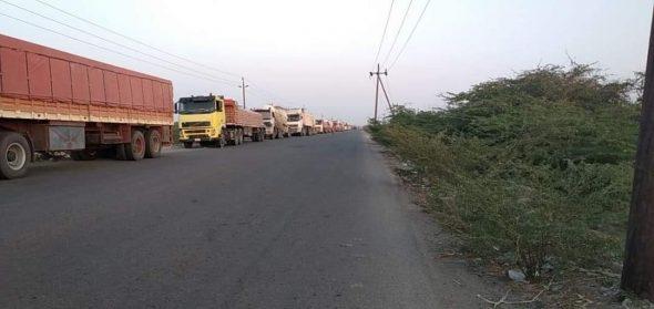 سلطات أبين تحتجز شاحنات مصنع أسمنت الوحدة وتفرض رسوماً مالية