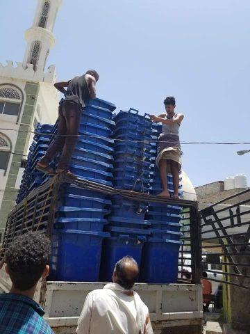 صندوق النظافة والتحسين م.تعز يدعم القاطنين في وسط الـمـديـنـة بعدد 300 برميل لجمع المخلفات
