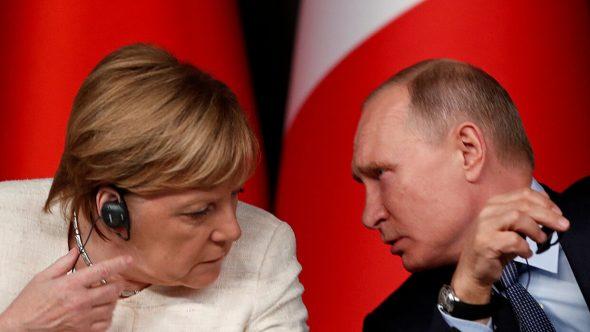 بوتين يبحث مع ميركل التطورات في دونباس ويتهم كييف بتصعيد التوتر